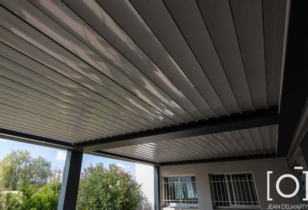 Travaux réalisés par Bonhomme métallerie pour les bureaux de Coval, pergola bioclimatique