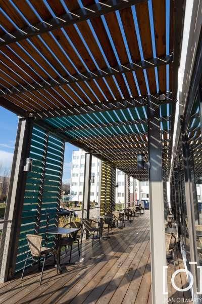Création d'une structure métallique thermolaquée avec platelage en lame bois, claustras et brise soleil en lame bois, ainsi que des garde-corps filet et câble inox pour ibis à chasse sur rhône