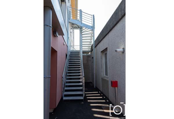 Travaux au groupement scolaire de Chabeuil par Bonhomme Métallerie, escalier en métal