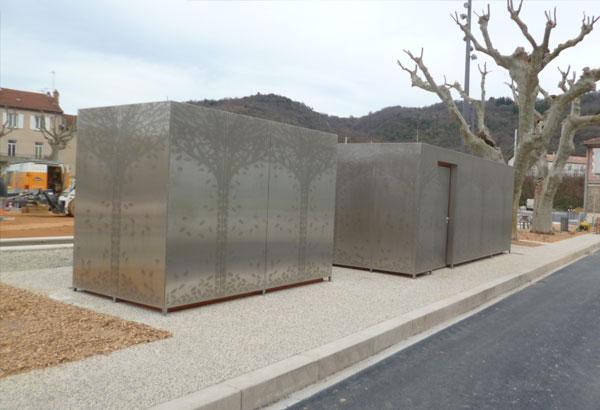Habillage d'un kiosque et de toilettes publics par : ossature en tube inox parement en tôle inox poli GR 220 avec motif en poinçonnage.