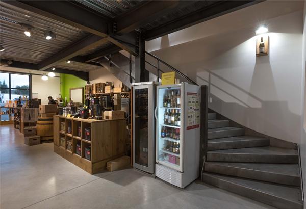 Escalier métallique quart tournant à balancement continu Mezzanine en structure métallique avec dalle béton Garde-corps métallique