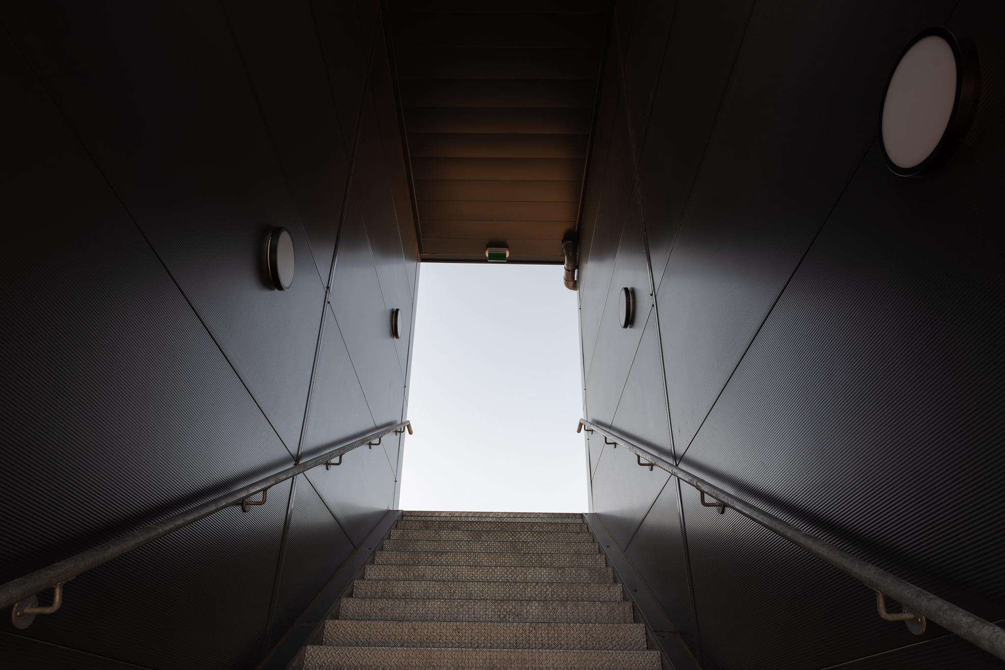 Menuiserie extérieure aluminium Installux Aluminium & Partenaires avec brise soleil orientable #marchal 👉 Garde-corps sur terrasses 👉 Escalier metal thermolaqué, quart tournant à balancement continu intérieur 👉 Portail coulissant motorisé en acier thermolaqué 👉 Portillon d'accès en acier thermolaqué 👉 Clôture en panneaux