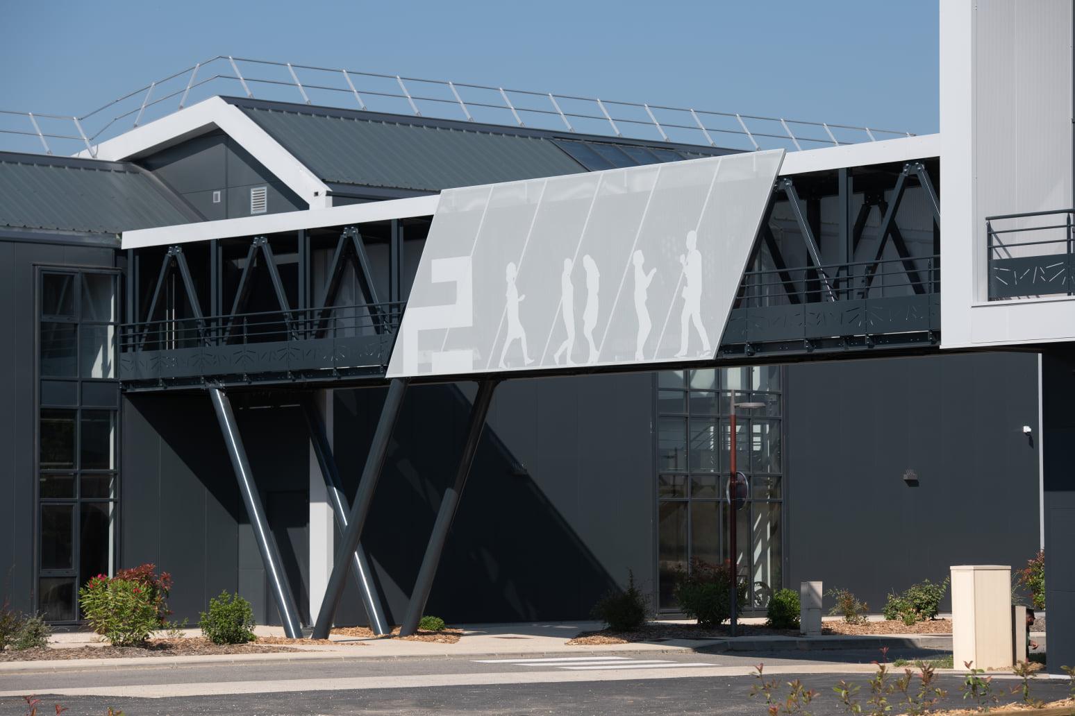 Extension du bâtiment PRODEVAL : 👉 Vêture de la passerelle en tôles perforées 👉 Garde Corps avec motif en découpe laser