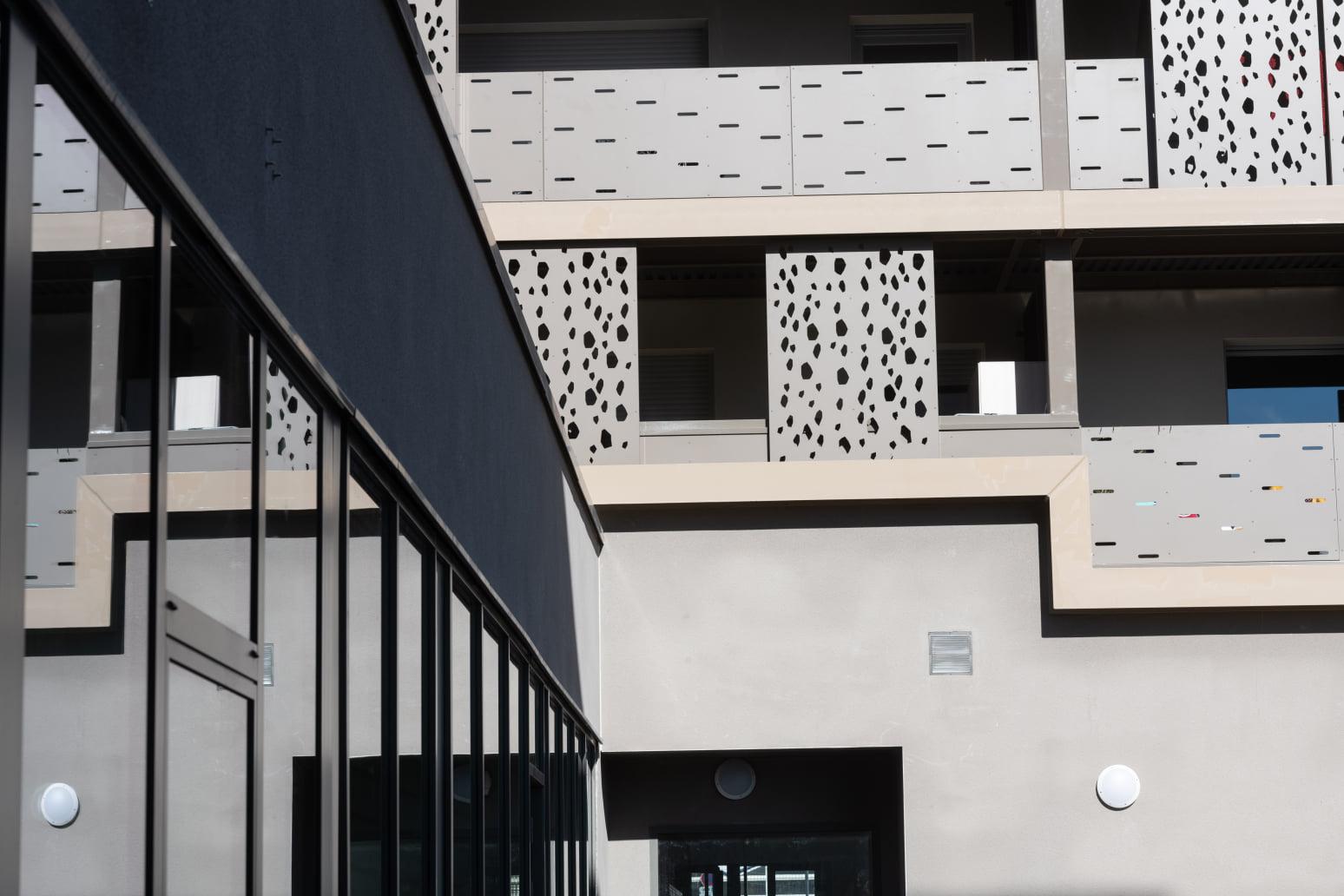 Le Clos Léopoldine : réalisation graphique 👉garde corps panneaux coulissants 👉claustras avec remplissage en materiaux composites et découpe d'un motif